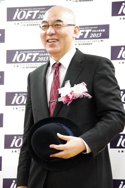 帽子を手にフォトセッションに臨む百田尚樹。 【クリックして拡大】