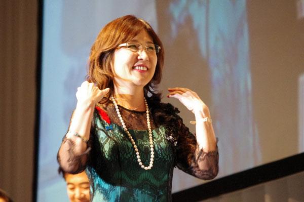 稲田朋美大臣がメガネ ベストドレッサー賞 政界部門受賞「福井のメガネでクールジャパンを発信」