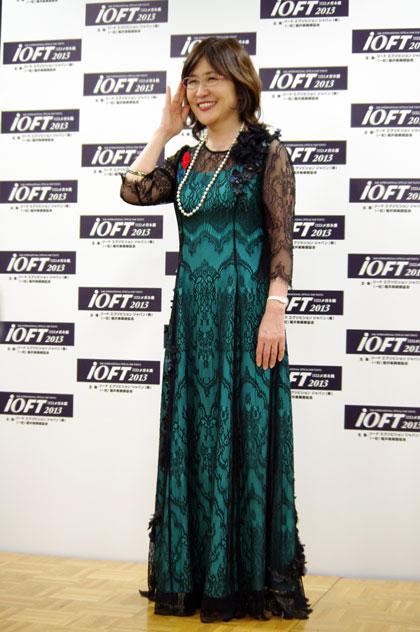 福井の繊維と福井のレースで作ったドレス、 さらに福井の和紙で作ったコサージュで クールジャパンをアピールする稲田大臣。 【クリックして拡大】