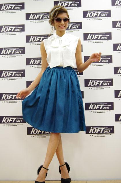 この日のローラのファッションは、 白のノースリーブに青のスカート。 【クリックして拡大】