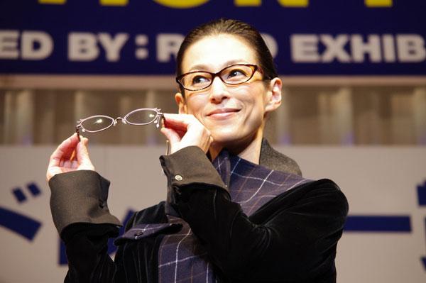 鈴木保奈美が掛けているメガネは、HAMAMOTO HT-522。 手にしているメガネは、影郎デザインワークスのパンドラ。 【クリックして拡大】