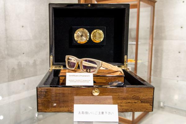 MAMMUT eyewear は、マンモスの象牙のコンディションを保つため、 湿度計の付いたケースがセットになっている。 【クリックして拡大】