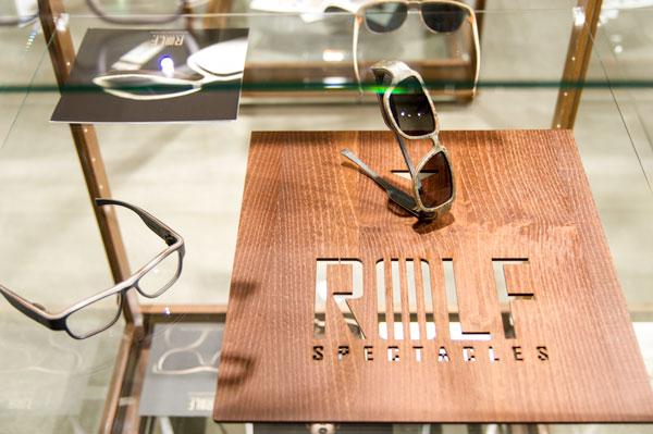 ROLF(ロルフ)が木製アイウェアのブランドであることを 象徴するかのようなディスプレイ。 【クリックして拡大】