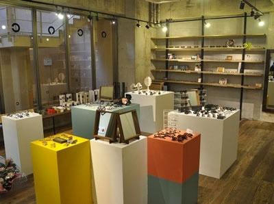 店内の様子はこんな感じ。 お店が位置するのは地下1階だが、 ガラス張りなので開放的。 image by 蒲池眼鏡舗 floor