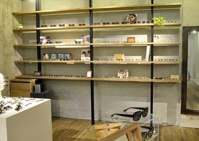 今ホットなブランドから厳選されたアイウェアが、 壁面のラックに並ぶ。 image by 蒲池眼鏡舗 floor
