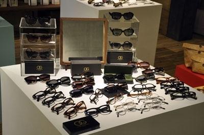 店内中央でフィーチャーされているのは、 イギリスの老舗アイウェアブランド OLIVER GOLDSMITH(オリバー ゴールドスミス)。 image by 蒲池眼鏡舗 floor