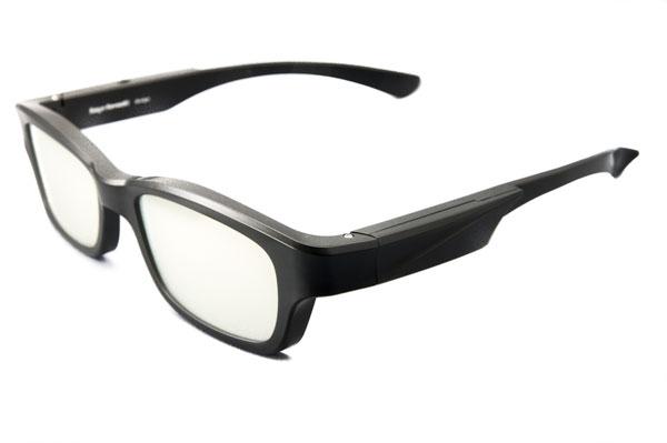 Wink Glasses 2013を斜めから見たところ。 川崎和男氏がデザイン監修したこともあり、 これだけの機能を搭載しながらも、 スマートで掛けやすい仕上がりが魅力。 【クリックして拡大】