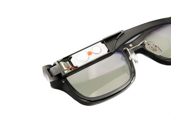 Wink Glasses 2013は、液晶シートとブルーライトカットレンズを搭載。 フレームが2層構造となっており、度付きレンズにも交換可能。 また、左テンプル(つる)に、空気電池(PR41)2個を入れる。 【クリックして拡大】