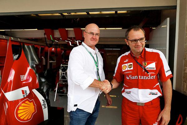 笑顔で握手を交わす Colin Baden(コリン・バーデン、左)と、 Stefano Domenicali(ステファノ・ドメニカリ)。 【クリックして拡大】