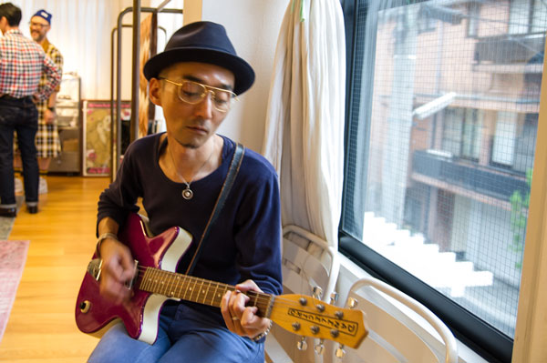 クラシカルなメガネを掛けて、ギターを弾くと、 なんだか気分が上がってくる。 【クリックして拡大】
