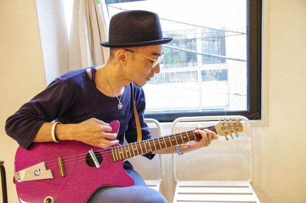 レトロスタイルなギターには、 クラシカルなメガネがよく似合う。 【クリックして拡大】