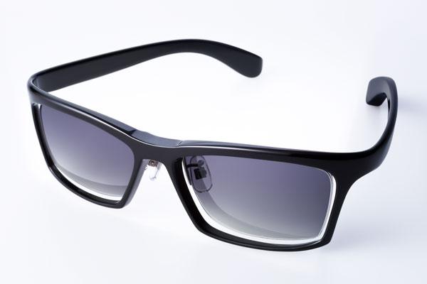 DJUAL(デュアル)G01 カラー:00 ブラック/金属部:ライトグレー セルロイドの深い色味やツヤ感を味わうには、 ブラックがイチ押しかも。 image by DJUAL 【クリックして拡大】