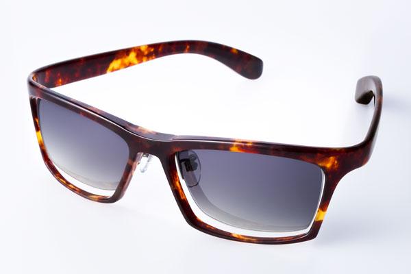 DJUAL(デュアル)G01 カラー:2 デミ/金属部:ライトグレー ブラックに負けず劣らず、 セルロイドらしい雰囲気が味わえそう。 image by DJUAL 【クリックして拡大】