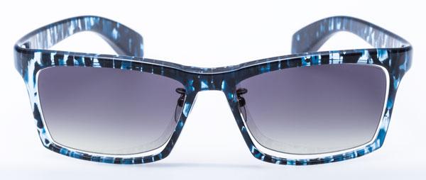 DJUAL(デュアル)G01 カラー:7 ブルーアッシュ/金属部:ライトグレー このサングラスを象徴するかのようなカラー。 1枚のセルロイドを削り出したヒンジレス仕様という 画期的なデザインによく似合う。 image by DJUAL 【クリックして拡大】