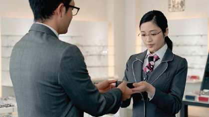 眼鏡市場 新CM「メガネに、感動を。相談相手篇」より。 image by メガネトップ