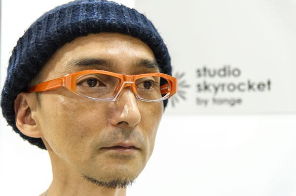 Studio Skyrocket(スタジオスカイロケット) SS-08 カラー:4 orange ちょっと個性的なカタチながらも、 顔にのせると思いのほかなじみつつ、 顔の表情をほどよく引き締めてくれる。 【クリックして拡大】