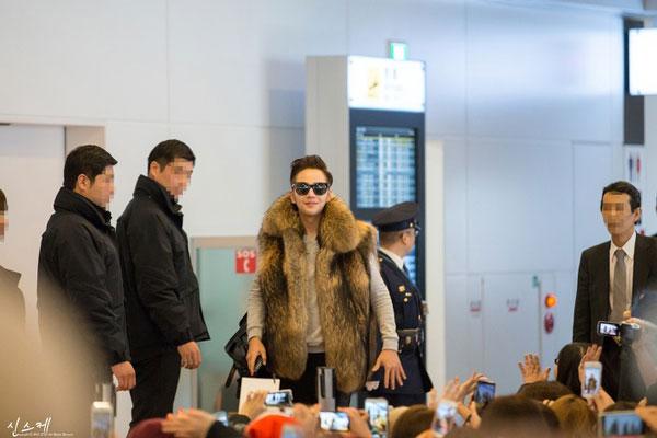 12月10日(火)、羽田空港に到着し、 ファンからの出迎えを受けるチャン・グンソク。 (写真:読者提供)