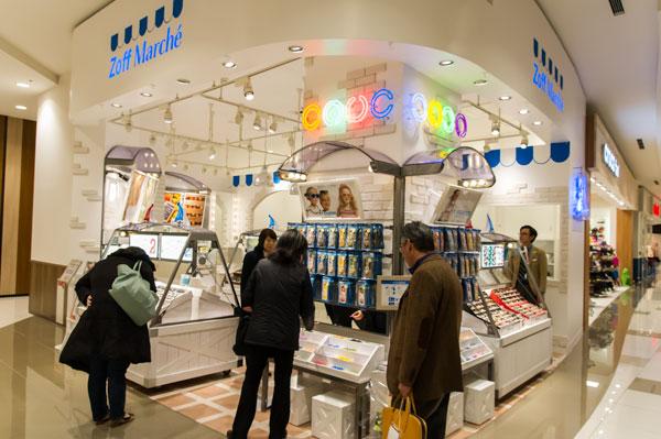 Zoff Marché(ゾフ・マルシェ)イオンモール幕張新都心店は、 白を基調とした明るく清潔感のある雰囲気。 【クリックして拡大】