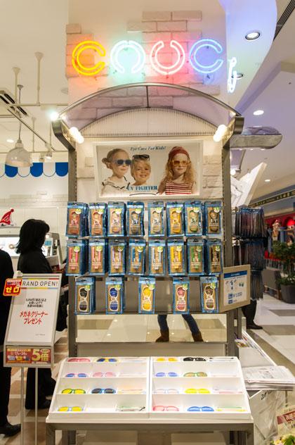 キッザニア東京、キッザニア甲子園の Zoff(ゾフ)パビリオンで 人気の子ども向けカスタムサングラス 「Zoff UV FIGHTER( ゾフ・ユーブイ・ファイター)」を限定販売 【クリックして拡大】