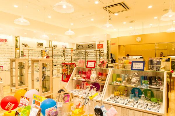 TANAKA Eyes in STYLE(メガネのタナカ イオンモール幕張新都心店)は、 子ども用メガネから本格大人向けメガネ、スポーツサングラスまで充実。 【クリックして拡大】