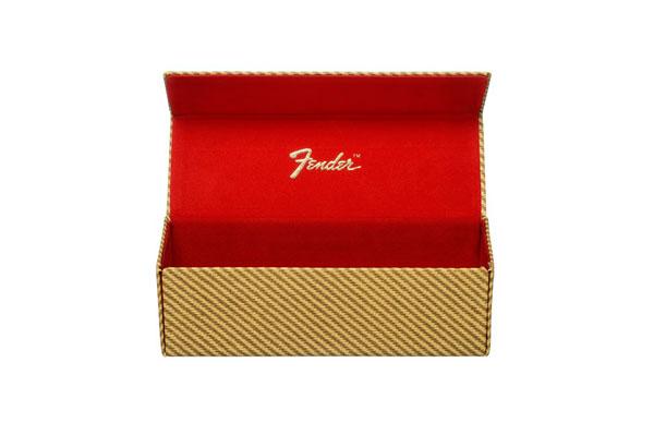 真っ赤なケースの内部には、 「Fender」のロゴ入り。 image by エヌ・ティ・コーポレーション 【クリックして拡大】
