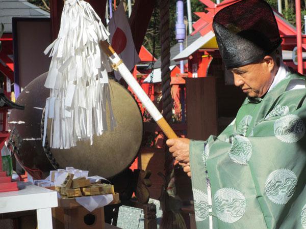 宝来宝来神社での御札祈祷の様子。 image by メガネスーパー 【クリックして拡大】