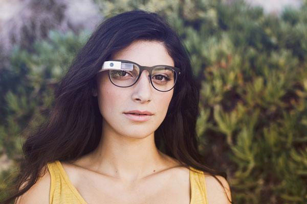 「Google Glass」(グーグル グラス)「Curve」の着用写真。