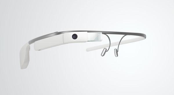 Google(グーグル)のメガネ型情報端末 「Google Glass」(グーグル グラス)。 度付きレンズ対応フレーム、またはサングラスは、 この本体に取り付ける仕組みになっている。