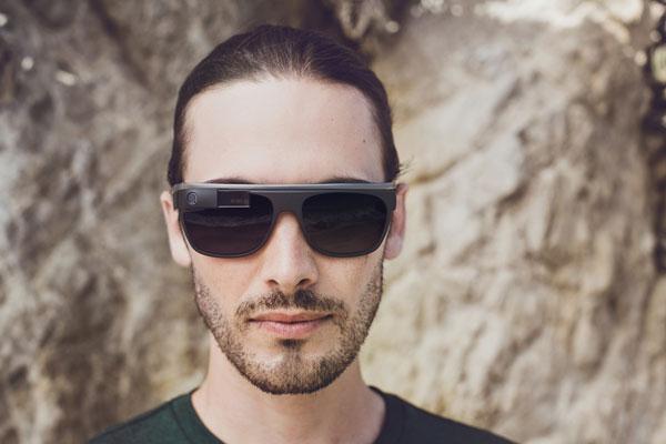 「Google Glass」(グーグル グラス)「Classic」の着用写真(男性)。