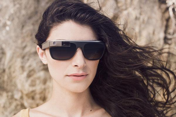 「Google Glass」(グーグル グラス)「Classic」の着用写真(女性)。