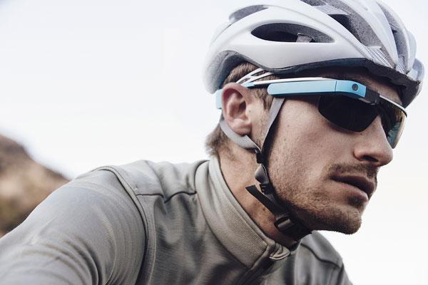 「Google Glass」(グーグル グラス)「Active」の着用写真。