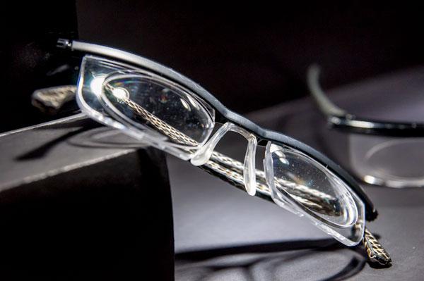 adlens(アドレンズ)「BLAKE KUWAHARA COLLECTION」は、 機能とファッションが見事に融合したメガネ。 【クリックして拡大】