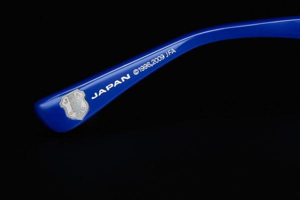 OWNDAYS(オンデーズ)から発売される 「SAMURAI BLUE model(サムライ ブルー モデル)」には、 テンプル(つる)に日本代表チームのエンブレムが埋め込まれる。 image by OWNDAYS 【クリックして拡大】