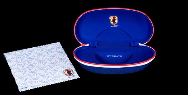 「SAMURAI BLUE model(サムライ ブルー モデル)」には、 サッカー日本代表チームモデルのケースとメガネ拭きがセット。 【クリックして拡大】 image by OWNDAYS