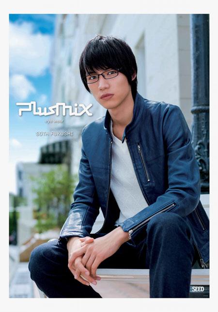 plusmix(プラスミックス)PX-13534 カラー:360(パープルブラック)を掛けた福士蒼汰。 image by SEED 【クリックして拡大】