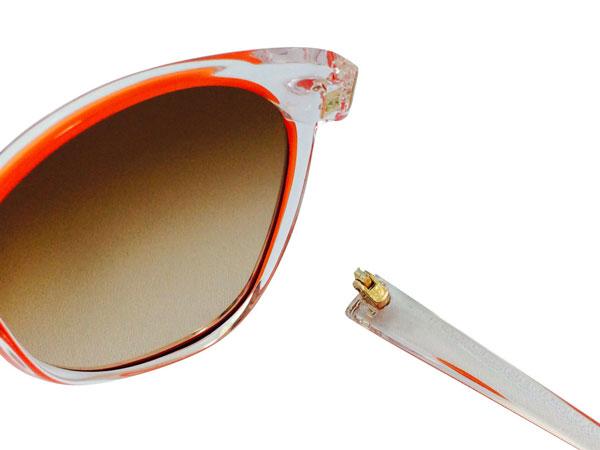 フロントとテンプル(つる)をつなぐ丁番金具が折れてしまったサングラス。 image by エヌ・ティ・コーポレーション 【クリックして拡大】