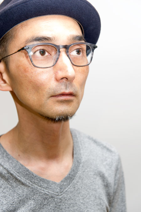 DITA(ディータ)RIAD MATTE GREY SWIRL - MATTE BLACK を筆者が掛けてみたところ。 このメガネを掛けて、素敵な「大人の休日」を過ごしてみたくなるような気分。 【クリックして拡大】