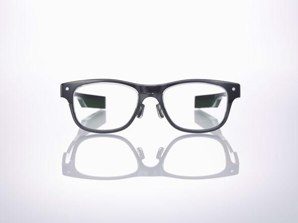 JINS MEME(ジンズ・ミーム)「ウエリントン」を正面から見たところ。 「普通のメガネ」として違和感なく使えそうなデザインに仕上がっている。 【クリックして拡大】