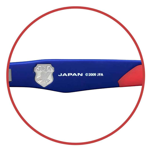 右テンプル(つる)内側には、サッカー日本代表チームの象徴で、ユニフォームの左胸にあしらわれているエンブレムが、メタルパーツで施されている。 【クリックして拡大】