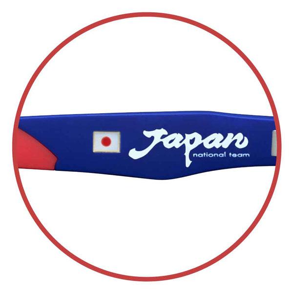 左テンプル(つる)内側には、メタルパールの日本国旗と、「力強さ」や「スピード感」と東洋の神秘性をあわせ持った「Japan national team」ロゴ入り。 【クリックして拡大】
