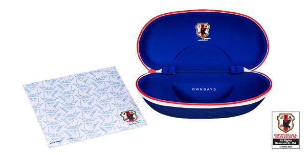 「SAMURAI BLUE model(サムライ ブルー モデル)」には、 サッカー日本代表チームモデルのケースとメガネ拭きが付いてくる。 【クリックして拡大】