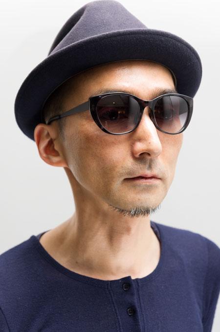 Micedraw Tokyo(マイスドロー トーキョー)WS1003 カラー:A09を筆者が掛けてみたところ。 本当は、女性が掛けたほうがグッと似合うはず。ちょっと大人っぽくサングラスを掛けたいひとにオススメ。 希望小売価格:21,000円(税抜)。 【クリックして拡大】