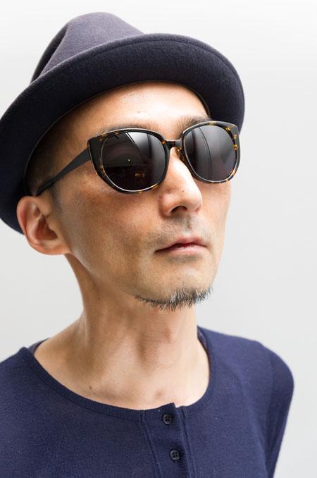 Micedraw Tokyo(マイスドロー トーキョー)WS1004 カラー:A02を筆者が掛けてみたところ。 今期の新作サングラスの中では、いちばん大人っぽい雰囲気かも。 希望小売価格:21,000円(税抜)。 【クリックして拡大】
