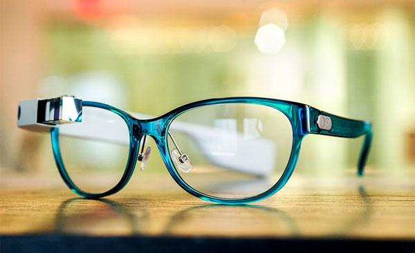 DVF | Made for Glass のメガネタイプ。 透け感ある生地と柔らかなフォルムが美しい。 【クリックして拡大】