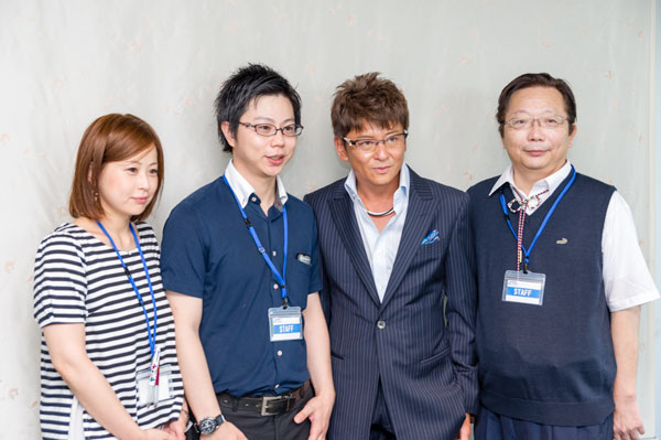哀川翔さんとメガネハウス めいしゅうのスタッフ。 【クリックして拡大】