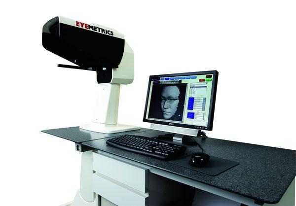 EYEMETRICS(アイメトリクス)のメガネを作る際に使用される計測器アイメーター EM1000。 image by アイメトリクス・ジャパン