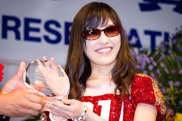 「AKB48 サングラス選抜」を代表して、渡辺麻友がトロフィーを受け取った。 【クリックして拡大】