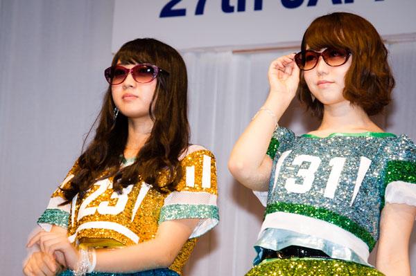 「AKB48 サングラス選抜」木崎ゆりあと峯岸みなみ。サングラスは、NINA RICCI NR26603。 【クリックして拡大】