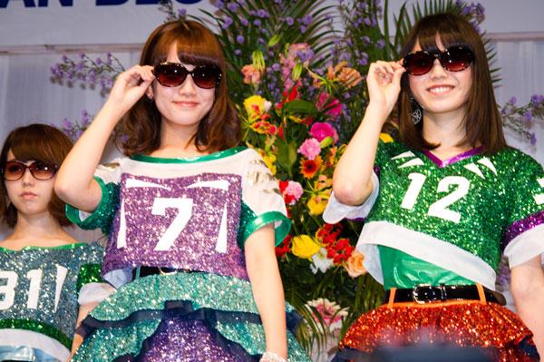 「AKB48 サングラス選抜」加藤玲奈と横山由依。サングラスは、SABAE OPT SOSG9186 ver2015。 【クリックして拡大】
