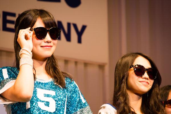 「AKB48 サングラス選抜」小嶋真子と田野優花。サングラスは、MEE Monochrome Movie。 【クリックして拡大】